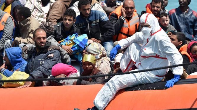 Barco carrega imigrantes até o porto de Pozzallo na Sicília. Comissão Europeia vai apresentar plano para redistribuir refugiados pelo continente Foto: Carmelo Imbesi / AP