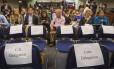 Assentos das respectivas delegações na coletiva sobre a quarta rodada de negociações de restabelecimento das relações diplomáticas entre Estados Unidos e Cuba