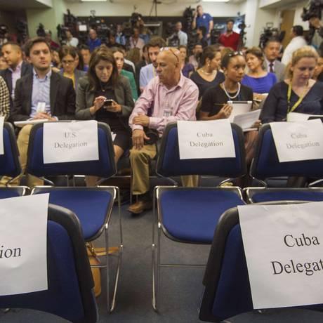 Assentos das respectivas delegações na coletiva sobre a quarta rodada de negociações de restabelecimento das relações diplomáticas entre Estados Unidos e Cuba Foto: PAUL J. RICHARDS / AFP