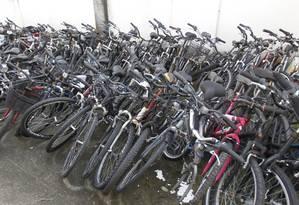 Bicicletas em depósito da 14ª DP (Leblon): demanda crescente estimula o roubo Foto: Pedro Teixeira / Agência O Globo (21/05/2015)