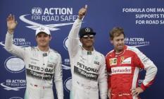 Hamilton entre Rosberg e Vettel. Piloto inglês conquistou a sua 43ª pole na carreira Foto: Max Rossi / REUTERS