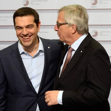 Alexis Tsipras conversa com Jean-Claude Juncker, presidente da Comissão Europeia, no encontro em Riga Foto: JANEK SKARZYNSKI/AFP