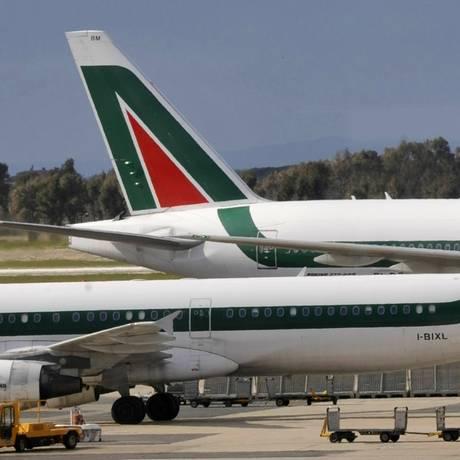 Em foto de arquivo, avião da Alitalia no aeroporto de Fiumicino, em Roma Foto: Andreas Solaro/AFP