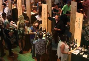 O Mercado de Vinhos ficou lotado durante o sábado Foto: Ana Moutinho/Público