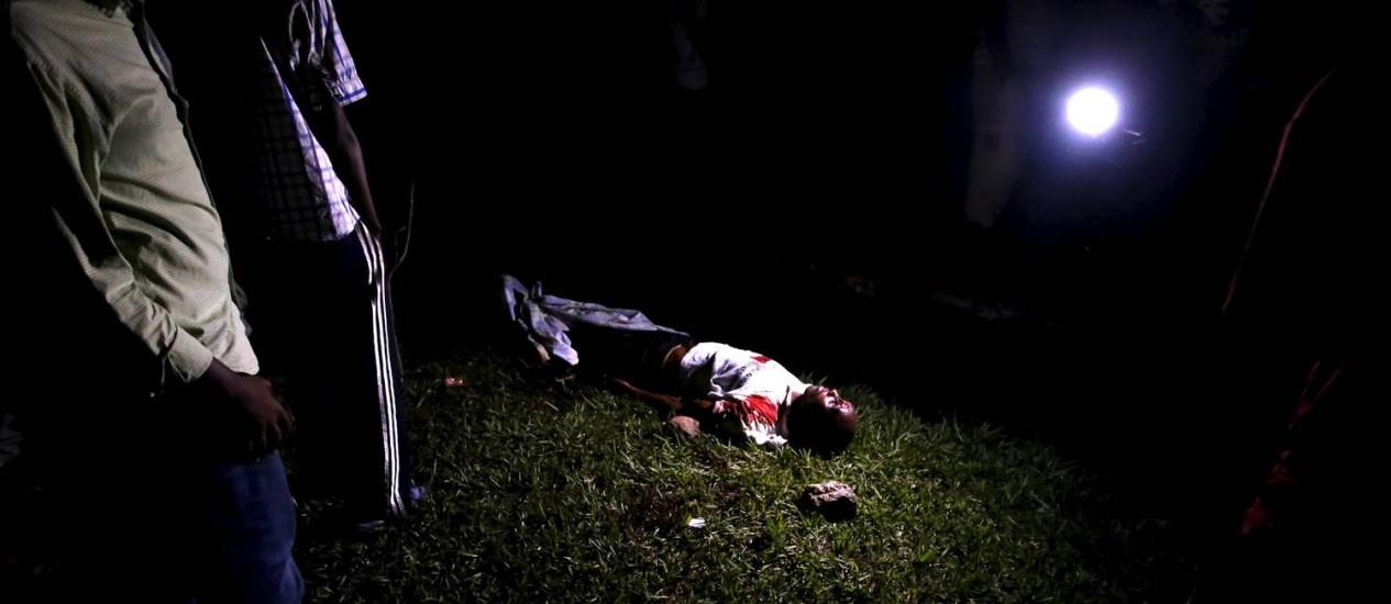 Testemunhas do assassinato de Zedi Feruzi em Bujumbura, no sábado Foto: GORAN TOMASEVIC / REUTERS