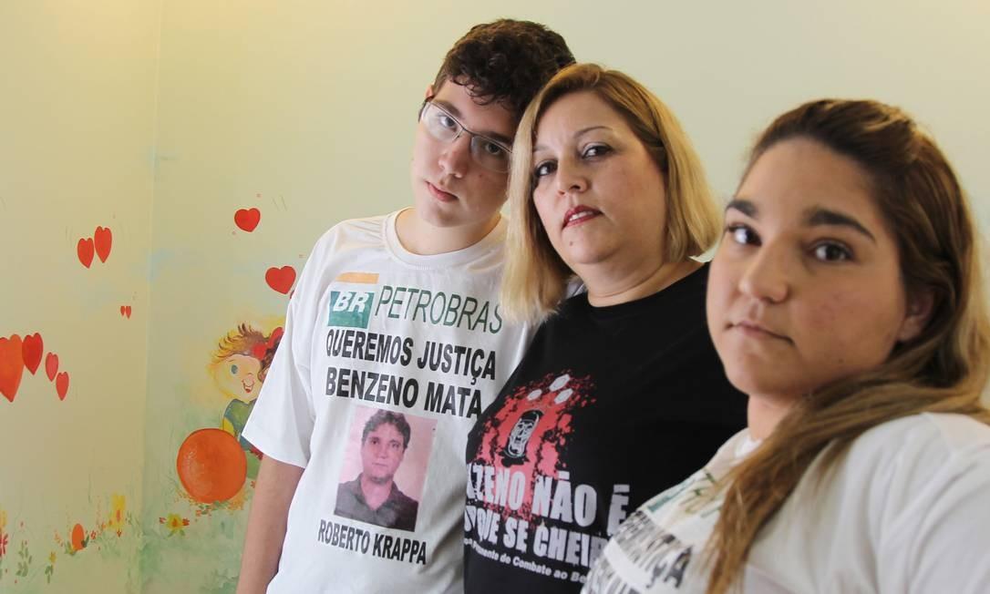 Júlia Krappa e os filhos, Juliana e Augusto. O marido, Roberto, morreu por intoxicação com benzeno Foto: Michel Filho / Agência O Globo