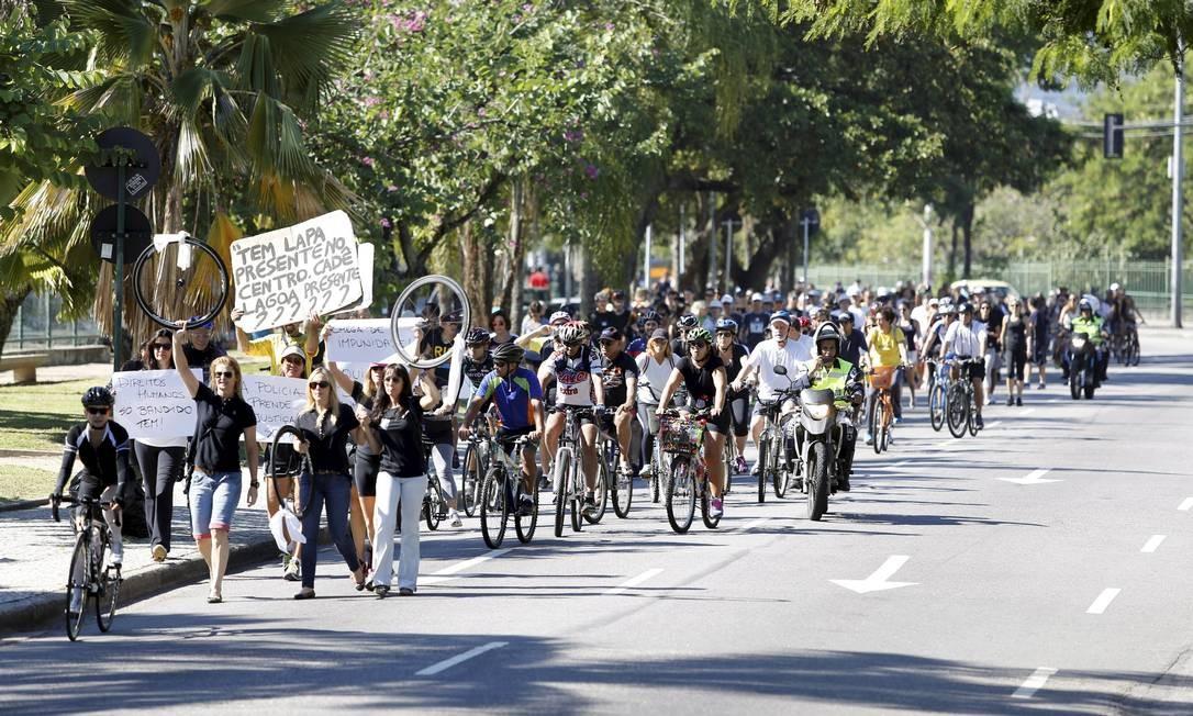 Grupo caminha no entorno da Lagoa durante protesto pela morte de médico esfaqueado e outras vítimas da violência Foto: Fabio Rossi / O Globo