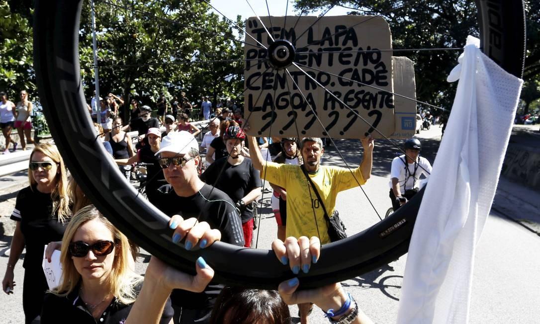 Num pedido de paz, manifestante mostra uma roda de bicicleta Foto: Fabio Rossi / O Globo