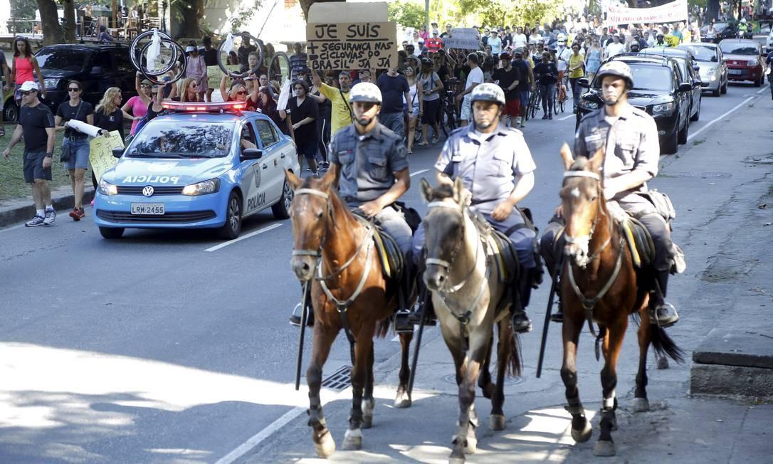 PMs a cavalo acompanham o protesto na Lagoa Foto: Fabio Rossi / O Globo