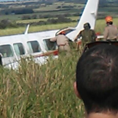 Avião em que Angélica e Luciano Huck viajavam com os três filhos fez pouso forçado em fazenda no Mato Grosso do Sul Foto: Leitor ExtraWhatsApp / Agência O Globo