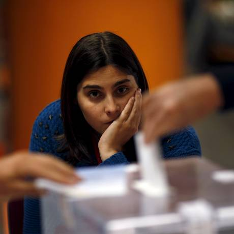 Monitora eleitoral observa votação em Ronda, no Sul da Espanha: bipartidarismo ameaçado Foto: JON NAZCA/REUTERS