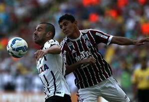 Edson aperta a marcação sobre o jogador do Corinthians: jogo duro para o Fluminense no Maracanã Foto: Rafael Moraes / Agência O Globo