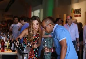 A taça inteligente registra os vinhos Foto: Vera Moutinho/Divulgação