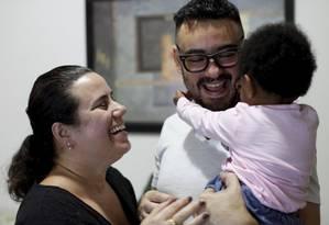 """Gabriela e Arlindo com a pequena Manuela: """"Já me perguntaram se minha filha era minha neta e se 'peguei para criar'"""", lembra Gabriela Rocha, mãe de Manuela Foto: Gustavo Stephan"""
