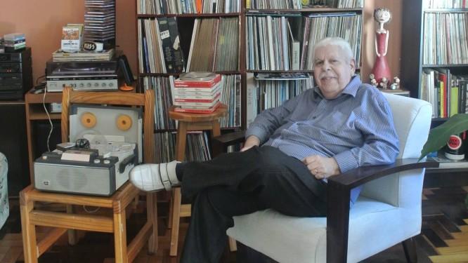 Vanderlei ao lado do gravador Toshiba que usava para fazer as entrevistas Foto: O Globo / Mariana Filgueiras