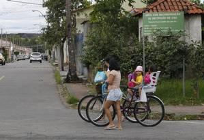Moradores do Bairro Volta Grande IV, construído em solo contaminado, são vizinhos de descarte de resíduos tóxicos da CSN Foto: Marcelo Carnaval / Agência O Globo