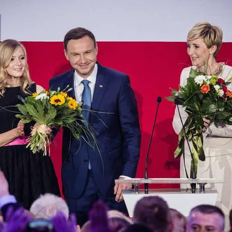 O candidato vitorioso, Andrzej Duda, celebra com a mulher, Agata, e a filha, Kinga Foto: WOJTEK RADWANSKI / AFP