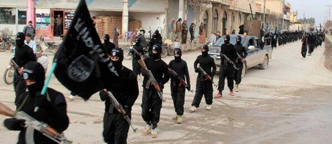 Combatentes do Estado Islâmico após tomarem Raqqa, na Síria, em 2014 Foto: AP