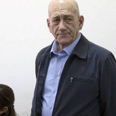 O ex-primeiro-ministro Ehud Olmert aguarda a audiência no tribunal de Jerusalém Foto: Abir Sultan / AP