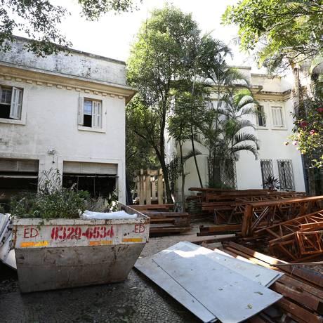 Outra casa na mesma situação, repleta de entulhos Foto: Marcos Alves/ Agência O Globo