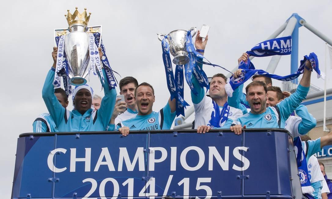 Depois da festa de domingo em Stamford Bridge, os jogadores do Chelsea continuaram celebrando o título inglês nesta segunda-feira JUSTIN TALLIS / AFP