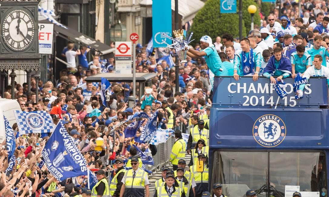 Drogba exibe o troféu para os torcedores do Chelsea LEON NEAL / AFP