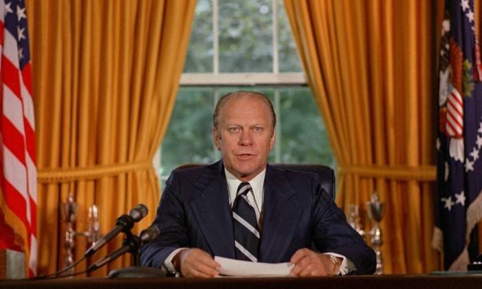 Gerald Ford lê documento que perdoa Nixon por crimes de sua administração Foto: AP