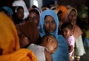 Imigrantes rohingyas que chegaram na Indonésia na semana passada esperam para receber doações em um abrigo temporário na província de Aceh Foto: DARREN WHITESIDE / REUTERS