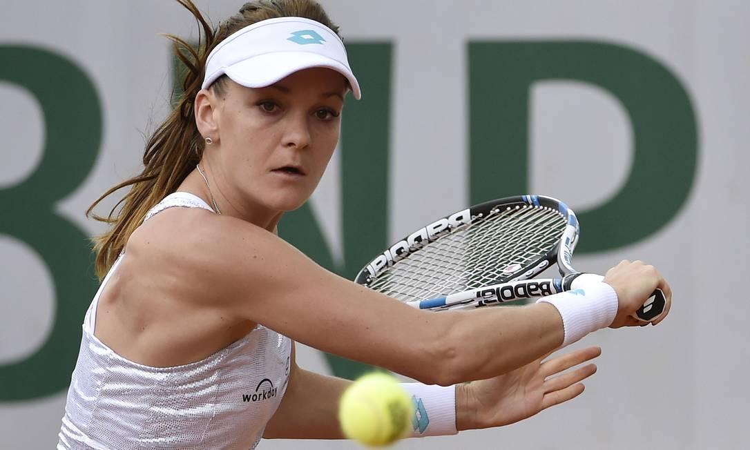 A polonesa Agnieszka Radwanska devolve uma bola contra a alemã Annika Beck DOMINIQUE FAGET / AFP