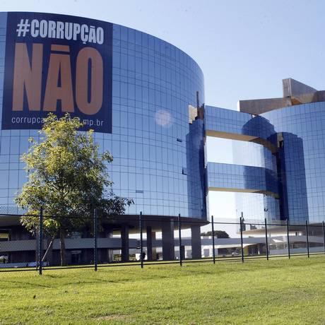 Campanha coloca adesivo contra a corrupção no prédio da PGR, em Brasília Foto: Givaldo Barbosa / Agência O Globo