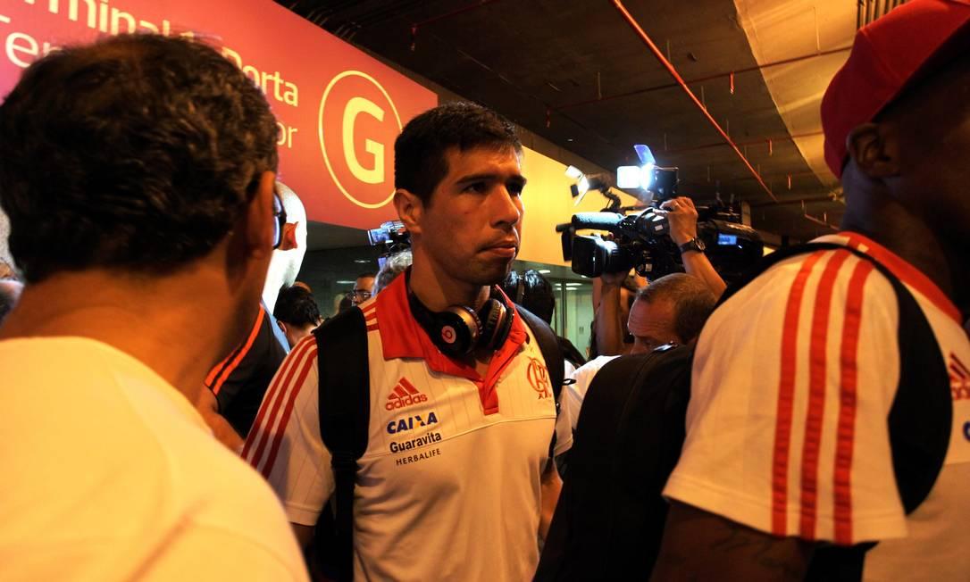 Cáceres faz cara de poucos amigos ao se dirigir para o ônibus do clube Cezar Loureiro / Agência O Globo
