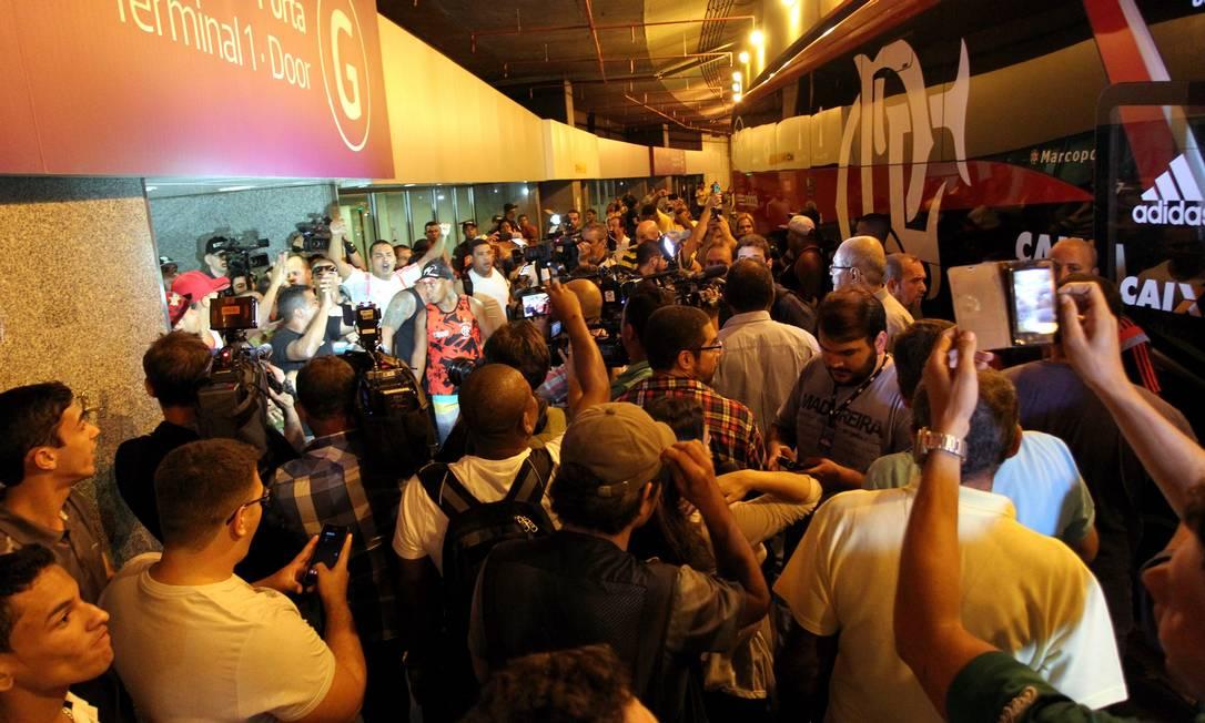 Torcedores e jornalistas se concentraram à frente do ônibus do Flamengo Cezar Loureiro / Agência O Globo