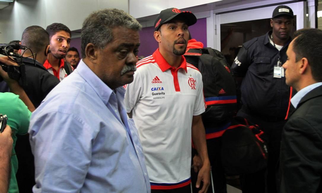 Alecsandro e Wallace fazem expressão de espanto na chegada do Flamengo Cezar Loureiro / Agência O Globo