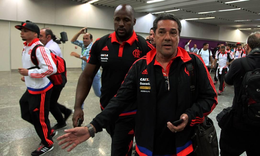 Vanderlei Luxemburgo mostra pressa na chegada do time ao aeroporto Cezar Loureiro / Agência O Globo