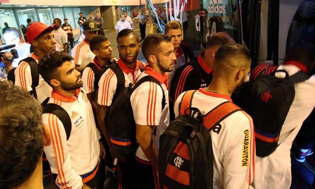 Jogadores entram no ônibus do clube, estacionado na saída do terminal Cezar Loureiro / Agência O Globo