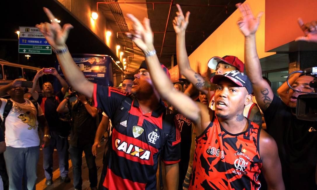 Torcedores cobraram o time do Flamengo na chegada de Florianópolis Cezar Loureiro / Agência O Globo