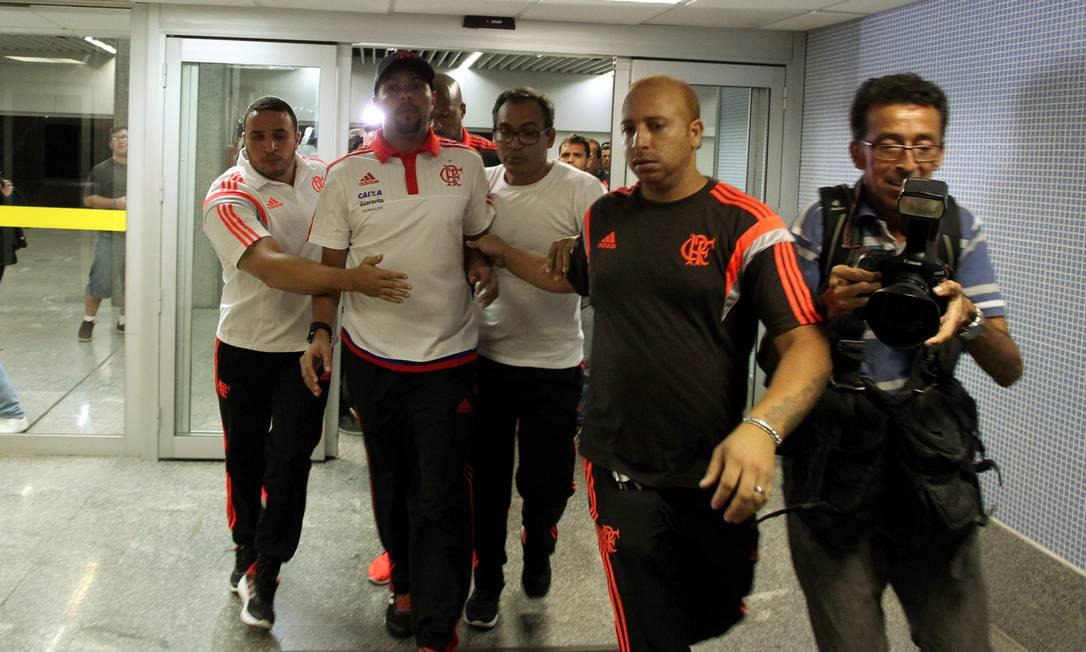 Alecsandro também é escoltado por funcionários do clube Cezar Loureiro / Agência O Globo