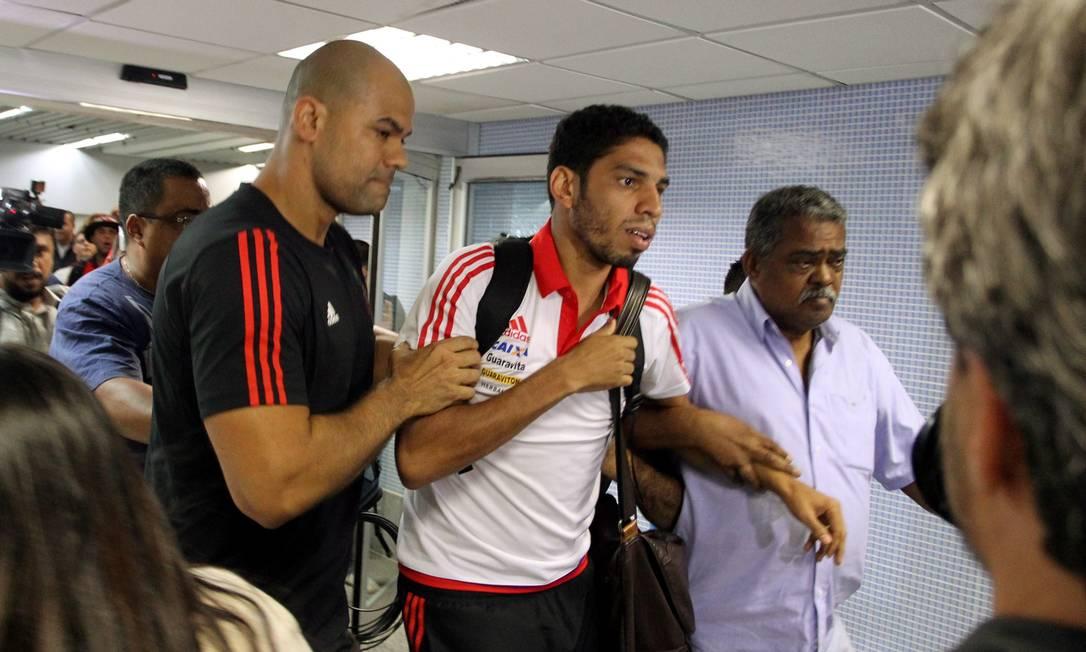 Wallace é conduzido por seguranças do Flamengo no Aeroporto Tom Jobim Cezar Loureiro / Agência O Globo