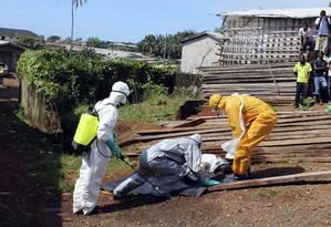 Vírus do ebola continua se reproduzindo nos cadáveres das vítimas Foto: STRINGER / REUTERS