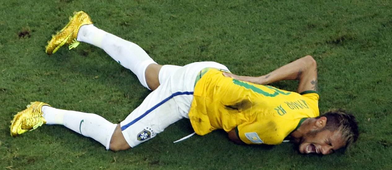 Neymar se contorce de dor no gramado após fraturar uma vértebra durante a partida entre Brasil e Colômbia pela Copa do Mundo de 2014: pesquisa com pessoas insensíveis a dores abre caminho para novos tratamentos de vítimas da condição e também de dores crônicas Foto: AP/Fabrizio Bensch