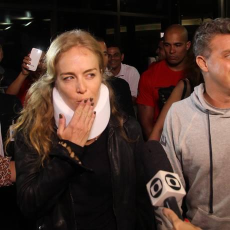 Os apresentadores Luciano Huck e Angélica deixam o hospital Albert Einstein Foto: Michel Filho / Agência O Globo
