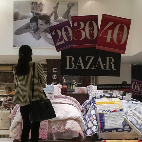 Vazias. Os cartazes estão com a promoções, mas não conseguem atrair muitos clientes para as lojas Foto: Agência O Globo / Alexandre Cassiano