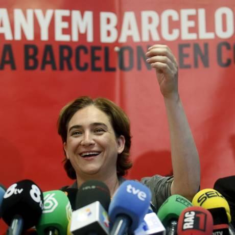 Ativismo. Ada Colau, que teve que ser escoltada por policiais durante protestos, em 2013 (à esquerda), comemorou vitória em Barcelona ontem (acima): das ruas para as urnas Foto: ALBERT GEA / REUTERS