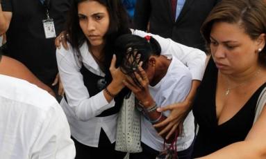 Mãe do jovem suspeito da morte do cardiologista Jaime Gold protege o rosto ao sair do Fórum da Leopoldina: 'Nunca deixei meu filho de lado' Foto: Pedro Teixeira / Agência O Globo