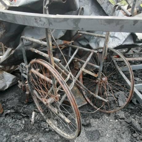 Uma cadeira de rodas em meio aos escombros do prédio que pegou fogo Foto: Reuters