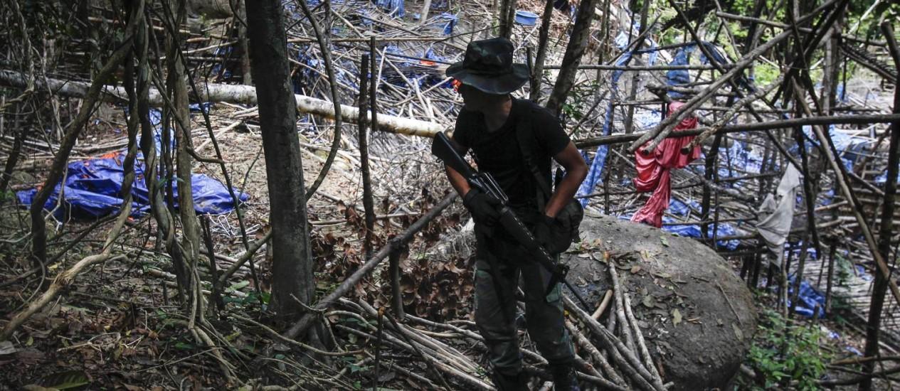 Polícia malaia diz que o que restou do acampamento, aparentemente abandonado às pressas, é pouco mais que um emaranhado de bambu e lona Foto: Joshua Paul / AP