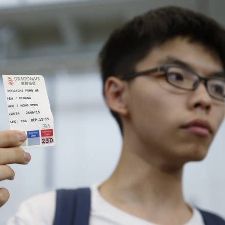 Joshua Wong mostra bilhete de embarque de voo de volta forçado para Hong Kong Foto: Kin Cheung / AP