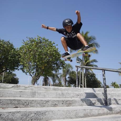 O menino Gabriel Araújo, de 12 anos, na pista da Praça do Ó: ele nunca fez aulas de skate e coleciona prêmios Foto: Eduardo Naddar / Agência O Globo