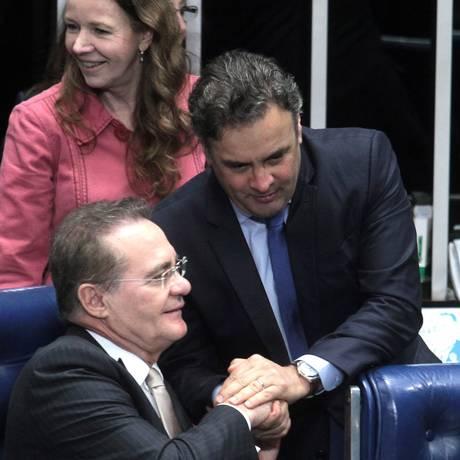 Presidente do Senado, Renan Calheiros, cumprimenta Aécio Neves nesta terça-feira Foto: Jorge William / Agência O Globo