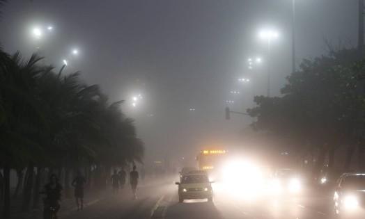 Luzes ficam quase encobertas na orla devido ao nevoeiro Foto: Domingos Peixoto / Agência O Globo
